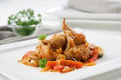 Os dejamos una receta de conejo con chanfaina. Como la base de la salsa es el tomate, si lo hacemos con poco aceite, resulta un plato ligero y muy sabroso