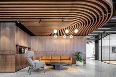 Cafe Interior Design, Cafe Design, Interior Walls, Wood Design, Baffle Ceiling, Metal Ceiling, Conference Room Design, Wooden Cladding, Ceiling Finishes