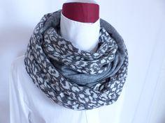 Articles similaires à Snood 2 jerseys Haute Couture, Laine + Coton, Echarpe  Imprimé animal leopard   uni gris chine, Tube, double Tour de cou,  réversible, ... beffa73ec47