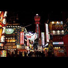 Instagram【off_photon】さんの写真をピンしています。 《『ミナミ全然行ったことないなぁとふと思い立って大阪旅行。昨年9月からの改修工事が終わりライトアップ再開した通天閣の開業60周年赤色のライトアップがこちら。1912年に開業した新世界のコンセプトは、現在のテーマパークに似ており、パリとニューヨークという欧米を代表する二大都市の風景を模倣しながら、最新の文化や風俗を輸入・融合させる試みを行った。現在の通天閣は2代目。初代通天閣は凱旋門の上にエッフェル塔を載せた様子を模したもので、現在とは外見が異なった。第二次世界大戦中の1943年1月、通天閣が脚下の大橋座の火災に巻き込まれて損傷。同年2月、敵軍による空襲の標的にされやすいことに加えて金属類回収令による鉄材供出のために解体された。1956年に現在の二代目通天閣が開業した。』#nikon #nikonphotography #aov #wu_japan #icu_japan #tokyocameraclub #team_jp_ #東京カメラ部 #日本の風景 #japan_night_view…