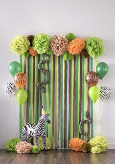 Olha que painel simples, divertido e colorido para comemorar o aniversário no estilo safári.