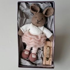 Be brave my love!#littlecottonrabbits #knittedrabbits #knittedbunny #knitteddollclothes #knittedanimal #strikkeleker #strikkeleketøy #strikkekanin #strikkedyr #strikkelekedyr #knittingmania #strikkegalskapenfortsetter