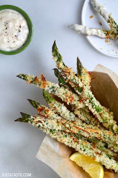 Sub Almond Flour for Panko or bread crumbs - Ditch the deep fryer and preheat your oven for the best baked asparagus fries with quick and easy roasted garlic aioli. Side Dish Recipes, Vegetable Recipes, Vegetarian Recipes, Cooking Recipes, Healthy Recipes, Easy Recipes, Dinner Recipes, Dessert Recipes, Asparagus Fries