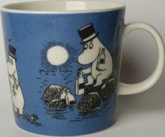Muumimuki Tummansininen Muumipappa -1991-1999 Muumimukihaku.fi Moomin Mugs, Tove Jansson, Something Blue, Scandinavian Design, Dark Blue, Ceramics, Tableware, Ceramica, Pottery