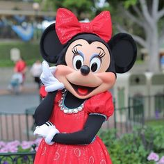 Diamonds are a mouse's best friend! 💎 #Disneyland60 #MinnieMouse (Photo: @_d24_)