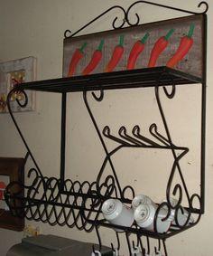paneleiro em ferro, com painel em madeira de demolição com pimentas entalhadas na madeira.  dimmnsões da peça: 60 cm de comprimento x 60 cm de altura e 30 cm de profundidade R$290,00
