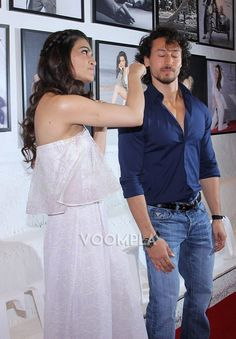 Fun moments with Kriti Sanon and Tiger Shroff on the red carpet!! via Voompla.com