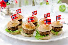 Disse små burgerne kan du lage i stand på forhånd. De er fine i barnebursdager, på 17. mai eller til andre festlige anledninger.