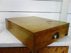 Vanerinen kannellinen laatikko