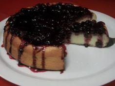Faça em casa a receita de Torta de ricota com calda de frutas vermelhas Siga passo a passo que o resultado com certeza será um sucesso. Torta de ricota com