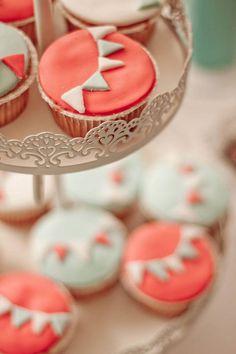 DIY Simple Bunting Cupcakes