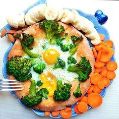 oh so my #lunch il focaccione veloce coi #broccoli l'uovo e la #banana (sbucciaegustaepochicoltelliinmano) dopo una luuuunga e caaaaaalda mattinata di psicologa e mezzi pubblici annessi e connessi non me lo toglie nessuno me lo merito zanzan! me lo sarei meritato anche fossi restata tutta la mattina in panciolle a guardare i giardinieriinaffitto coi piedi a sguazzo nel balsamo di cotone cosa che per la sola idea malsana che mi è venuta come agli antipodi di una mia tipica mattina non escludo…