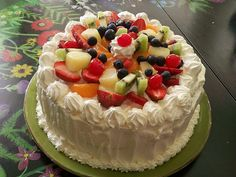 The Tangled Woods: Korean Saeng Cream Cake 쌩크림 케이크 (with recipe! Want to eat it so bad. Korean Saeng Cream Cake Recipe, Cupcakes, Cupcake Cakes, Fruit Sponge Cake, Korean Cream, Korea Cake, Baking Recipes, Dessert Recipes, Delicious Desserts