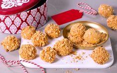 Brunost og hvit sjokolade er en perfekt smakskombinasjon, og med krydrene i julebrunosten passer smaken perfekt til jul. Hakkede peanøtter gir et salt kick....