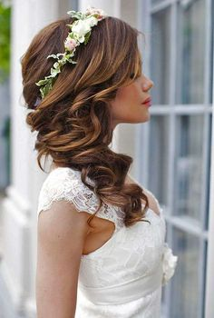 Acconciature da sposa con fiori tra i capelli - Treccia e corona di fiori