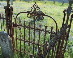 Interior e Exterior integrados Love this old gate! garden shed-so cute: ) cottage garden Autumn - Home and Garden Design Ideas