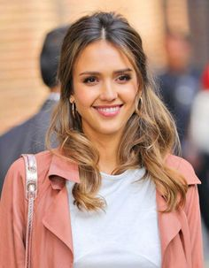 """September 8 - Jessica Alba is seen stopping by The TV show """"The Late Show with Stephen Colbert"""" in New York City - - Jessica Alba Photo Achive Cabelo Jessica Alba, Jessica Alba Hot, Jessica Alba Style, Jessica Alba Makeup, Stephen Colbert, Mein Style, Teresa Palmer, Hollywood Celebrities, Hairstyles Haircuts"""