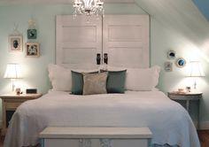 Tête de lit blanche avec une vieille porte double. Tête de lit unique