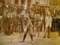GOLF HISTORIA - Existen registros de un juego similar al golf con fecha 26 de febrero de 1297, en los Países Bajos, en una ciudad llamada Loenen aan de Vecht. Según esta evidencia, los neerlandeses jugaban un juego con un palo y una pelota de cuero. Quien lograba pegarle con la pelota a un blanco ubicado a una distancia de varios cientos de metros con la menor cantidad de golpes era el ganador. Sin embargo, se ha demostrado que es originario de China, una de las civilizaciones más antiguas