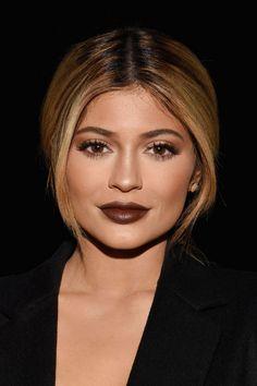 Batom marrom! Kylie Jenner. Falem dela por qualquer coisa, mas que ela arrasa na maquiagem não tem como negar.