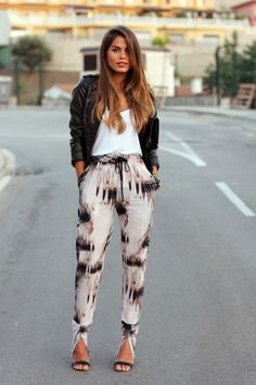 Easy-fit print pants, white T-shirt and leather jacket - great spring ensemble.