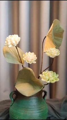 Paper Flower Arrangements, Christmas Flower Arrangements, Paper Flowers Diy, Flower Crafts, Quilled Paper Art, Paper Crafts Origami, Craft Stick Crafts, Easy Crafts, Nylon Flowers