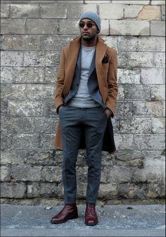Un peu de layering : le manteau et la veste sont détournés de leurs utilisation habituelles et sont portés ouverts afin de décontracter l'allure générale de la tenue. Le pantalon en laine et les combat boots viennent accentuer cet effet. #modehomme #streetstyle #inspiration #workwear #suit #LesfreresJo