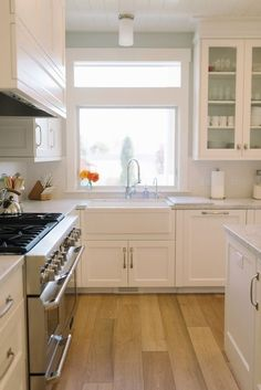 27 Trendy Kitchen Colors With White Cabinets Paint Window Wood Floor Kitchen, Kitchen Paint, Kitchen Redo, Kitchen Flooring, Kitchen Remodel, Kitchen Design, Kitchen Cabinets, Kitchen Ideas, Plank Flooring