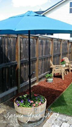 Faça um suporte de ombrelone de jardim usando um vaso ou um barril. | 51 soluções econômicas e geniais que você pode fazer em seu quintal