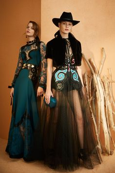 Elie Saab Pre-Fall 2018 Fashion Show Collection: See the complete Elie Saab Pre-Fall 2018 collection. Look 42 Haute Couture Style, Couture Mode, Couture Fashion, Runway Fashion, Boho Fashion, Fashion Models, High Fashion, Womens Fashion, Fashion Design