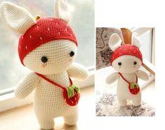 Амигуруми. Клубничный кролик. Маленькая игрушка, клубничный кролик с сумочкой-клубничкой, связан крючком из пряжи трех цветов: белой, красной и салатовой.