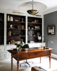 A beautiful antique desk is just the right choice in this classic monochrome home office. A fine display of old books and… Home Office Space, Home Office Decor, Home Decor, Office Spaces, Small Office, Apartment Office, At Home Office Ideas, Masculine Office Decor, Masculine Home Offices