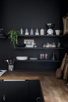 Home renovation: Black walls in the kitchen / no glitter no fame / pitch black . Home Renovation: Black Walls in the Kitchen / No Glitter No Glory / Pitch Black -Farrow & Ball, Black Kitchens, Home Kitchens, Kitchen Black, Kitchen Interior, New Kitchen, Kitchen Walls, Kitchen Wall Shelves, Kitchen Wood, Casa Clean