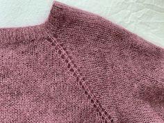 Sådan laver du raglan - opskrift med billeder - strikker.dk Knitted Booties, Knitted Hats, Knitting Patterns Free, Free Knitting, Easy Crochet, Knit Crochet, Knit Leg Warmers, Crochet Cardigan Pattern, Raglan