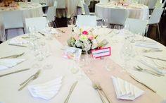 centrotavola di fiori bianchi e rosa
