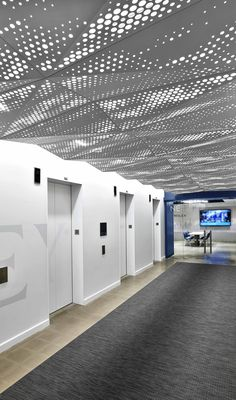 Delta Drop® ceiling systems offer a high degree of adaptability by providing options for different perforated patterns, for alternative configurations of facets, and for overall panel size. Variations in pattern across the space can reinforce the dimensionality of the installation and optional acrylic backing panels can accommodate lighting from above, heightening the dynamic visual effect.