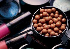 Pérolas Bronzeadoras, Sol Radiance, formam um pó com efeito suave de bronze iluminado com acabamento cintilante. Podem ter o papel de blush e serem aplicadas nas maças do rosto com leves batidinhas.