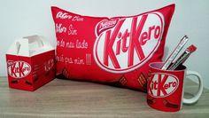Kit Kero, almofada, caneca com caixinha personalizada e mais três Kit kat. <br>Um lindo kit para presentear quem você mais gosta, esse kit é composto por uma linda caneca de cerâmica com alto brilho com o tema Kit Kero, acompanha caixinha personalizada com o mesmo tema da caneca, além de uma linda e macia almofada com o mesmo tema e mais três chocolates Kit Kat. <br>Dimensões da almofada: 37cm de comprimento por 27cm de altura.