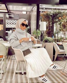Image may contain: 1 person sitting and indoor Tesettür Çanta Modelleri 2020 Long Skirt Fashion, Modest Fashion Hijab, Modern Hijab Fashion, Street Hijab Fashion, Muslim Fashion, Modest Outfits, Hijab Trends, Beautiful Muslim Women, Outfit Look