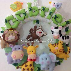 Guirlanda Porta de maternidade tema Safari para o Gabriel Felt Name Banner, Name Banners, Felt Wreath, Diy Wreath, Baby Kranz, Felt Crafts, Diy And Crafts, Blue Wedding Centerpieces, Felt Baby