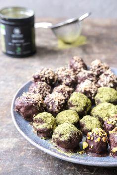 Sunde dadelkugler med chokolade, toppet med enten kokos, matcha eller bipollen. Find den lækre opskrift på dadelkugler her. Matcha, Dog Food Recipes, Snacks, Treats, Finger Food, Appetizers