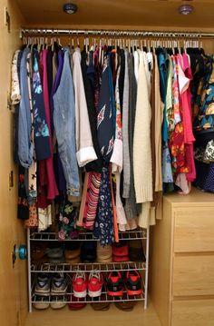 Lanterna de led colada no interior do guarda-roupa