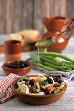 La ensalada murciana es un plato típico de Murcia que se toma durante todo el año, pero que durante las Fiestas de Primavera se hace imprescindible.