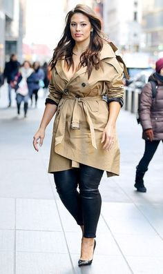 Ashley Graham in a trenchcoat outfit Ashley Graham Outfits, Ashley Graham Style, Curvy Outfits, Plus Size Outfits, Stylish Outfits, Outfit Formal Mujer, Curvy Fashion, Plus Size Fashion, Look Formal