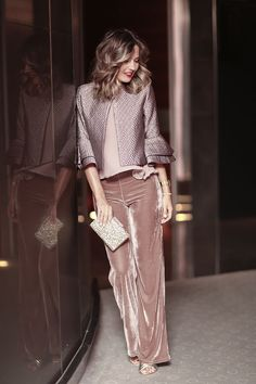 Mpnochrpme Blush/Mauve, combining velvet and satin textures Blush top+blush velvet pants+golden pep toed heels+blush metallized jacket+golden clutch. Style Work, Mode Style, Look Fashion, Winter Fashion, Womens Fashion, Fashion Trends, Silvester Outfit, New Years Eve Outfits, Velvet Pants