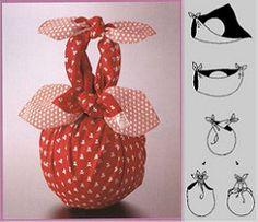 Furoshiki y la navidad! Japanese Gift Wrapping, Japanese Gifts, Creative Gift Wrapping, Craft Gifts, Diy Gifts, Handmade Crafts, Diy And Crafts, Furoshiki Wrapping, Origami Bag