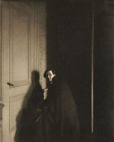 Stage designer E. Gordon Craig  photographed by Edward Steichen, Camera Work XLII/XLIII, 1913, 20 x 16 cm, photogravure (courtesy Art of the Photogravure )