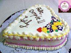 Torta de Cumpleaños decorada con crema rellena de dulce de leche con maní crocante bañado en chocolate y crema chantilly con frutillas.