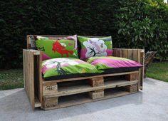 Banco de jardim feito de paletes. Gosta?  Veja mais em http://www.comofazer.org
