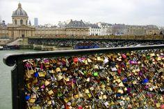 Pont des Arts: cadenas d'amour (Institut de France)